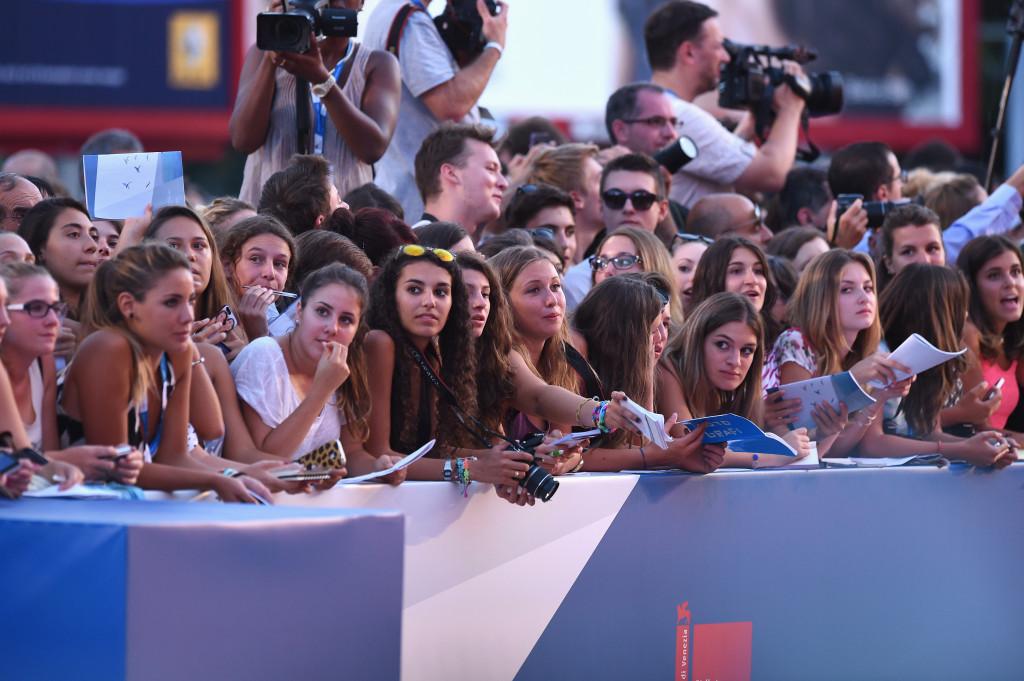 Le fan aspettano di vedere i loro divi sfilare sul red carpet - Venezia 2014