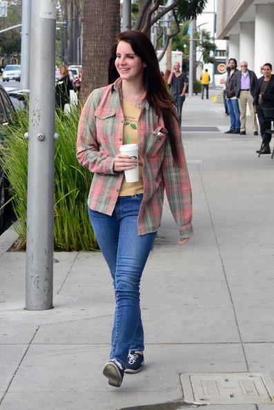 Street style: Lana del Ray indossa una camicia a quadri con t-shirt e jeans