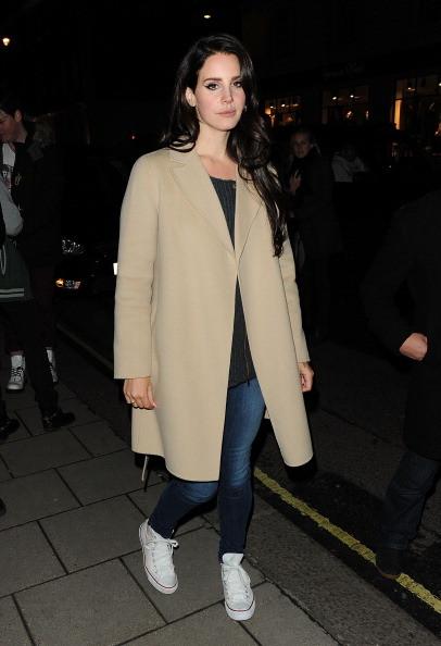 Lana del Ray indossa un cappotto beige