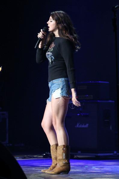 Lana del Rey, look shorts con stivali cowboy