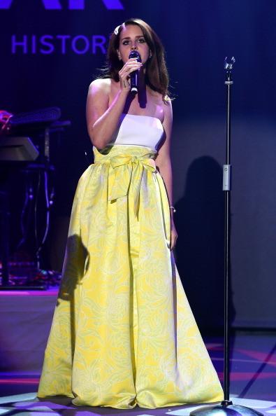 Lana del Rey indossa un abito con un'ampia gonna gialla