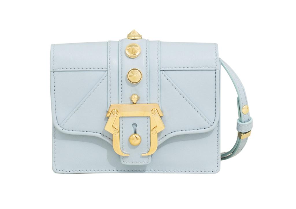 Borsa a spalla in nappa powder blue con maxi borchie e fibbia in metallo dorato lucido.