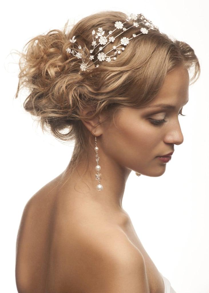 Coroncine preziose applicate, capelli medi sposa