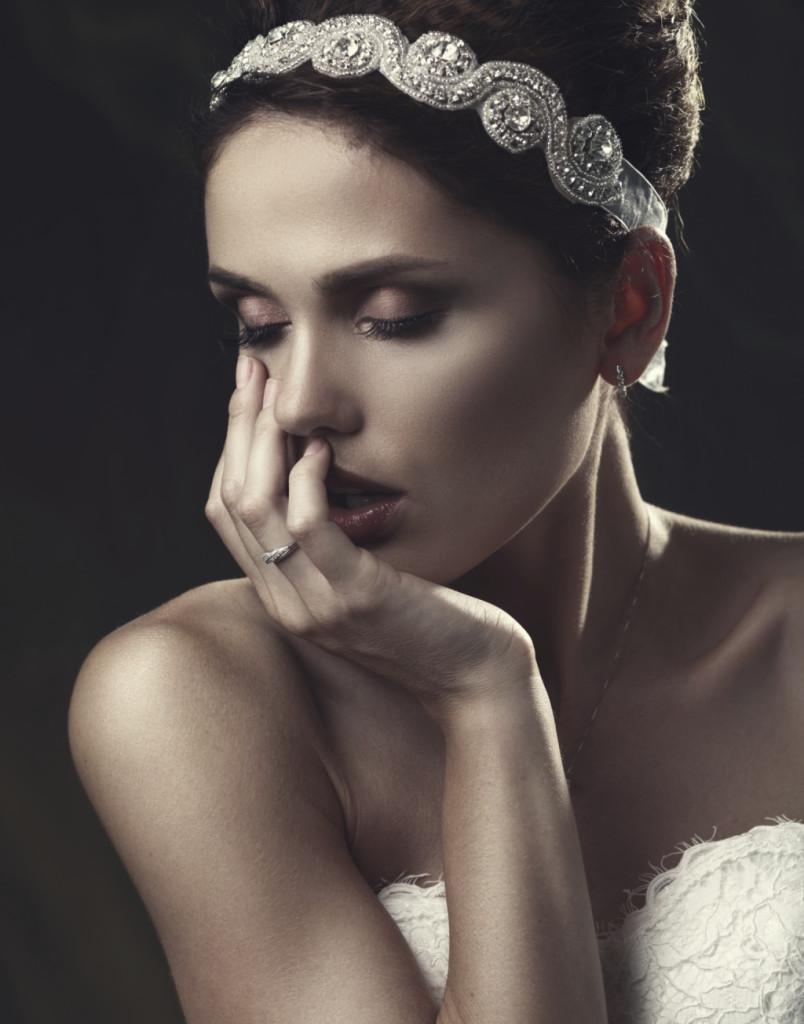 Coroncine preziose cingono la testa della sposa