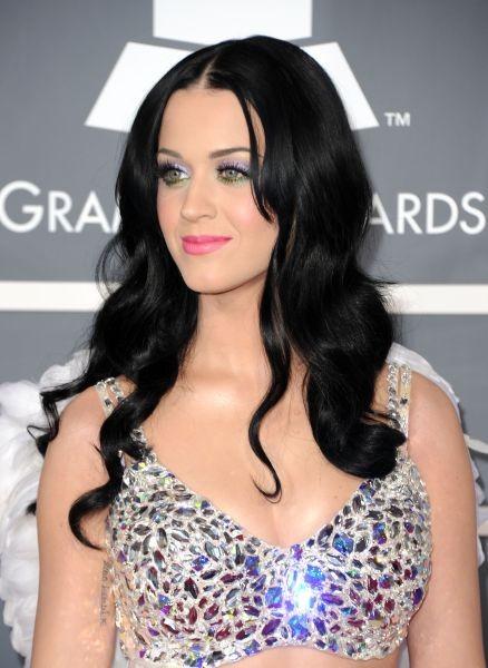 Katy Perry sceglie un make up metallizzato colorato per gli occhi e abbina sobrie labbra rosa