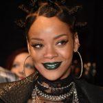 Rihanna con labbra verde metallizzato