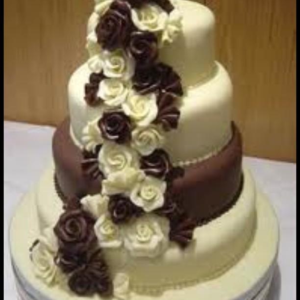 Torta nuziale doppio cioccolato con rose bianche e scure come decori