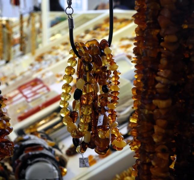 Bancarella di ambra a Sopot. Per vedere se è vera pungetela con un ago caldo: se profuma di resina è autentica ©CMariani
