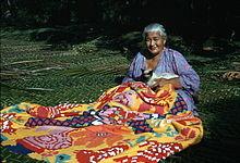 Donna cuce un tivaevae, Rarotonga / wikipedia