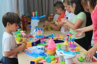 Bambini che giocano in ludotevca