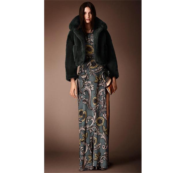 Giacca con collo in pelliccia a contrasto e abito lungo in seta con stampa floreale / Burberry fw 2014