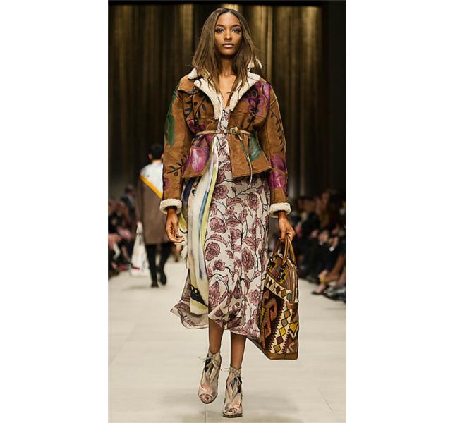 Giacca corta in pelle ovina dipinta a mano e vestito lungo / sfilata Burberry fw 2014