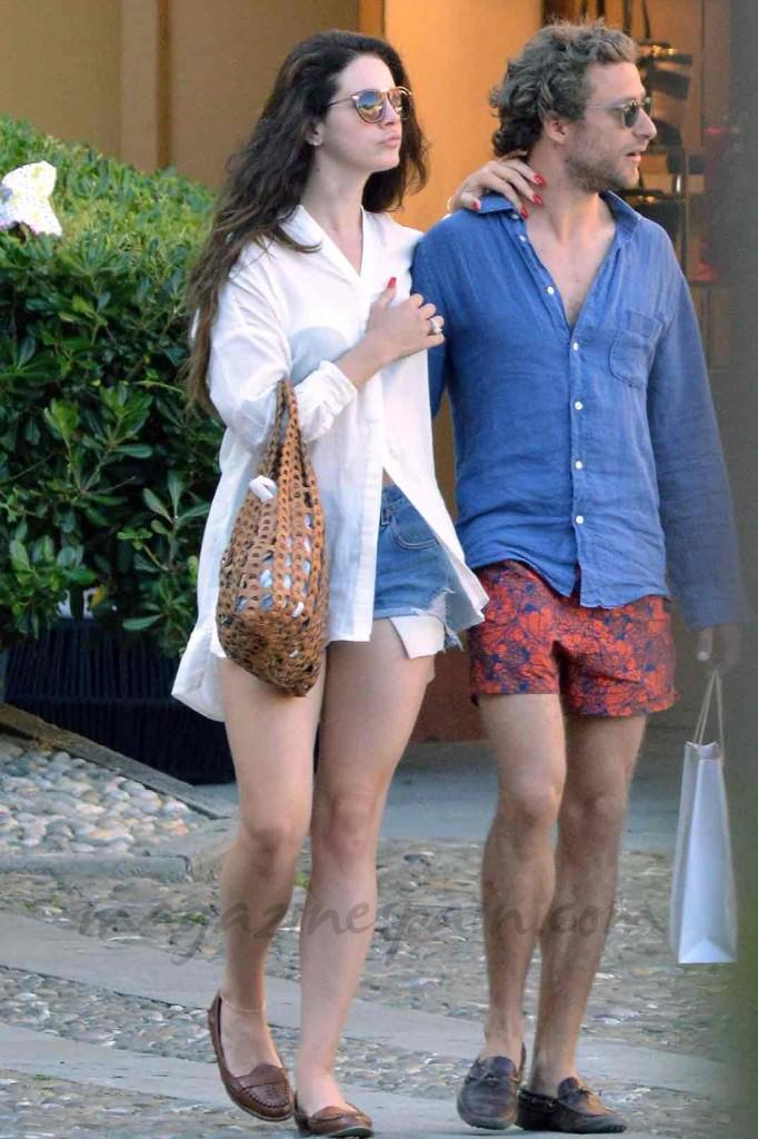 Camicia bianca oversize, shorts in denim e mocassini per lei; camicia blu, bermuda rosso e mocassini per il figlio di Franca Sozzani