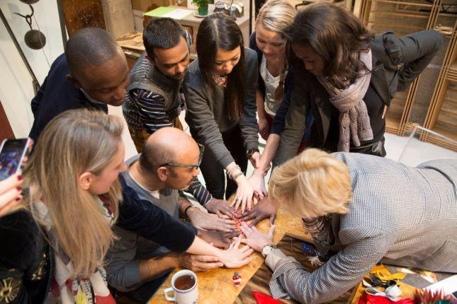 Lo staff di Christian Louboutin e lo stesso shoes designer provano gli smalti creati