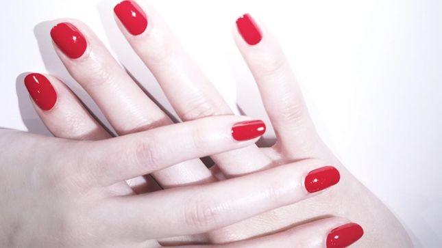 Lo smalto Louboutin Le Rouge regala mani sensuali, con lucide unghie rosso scarlatto