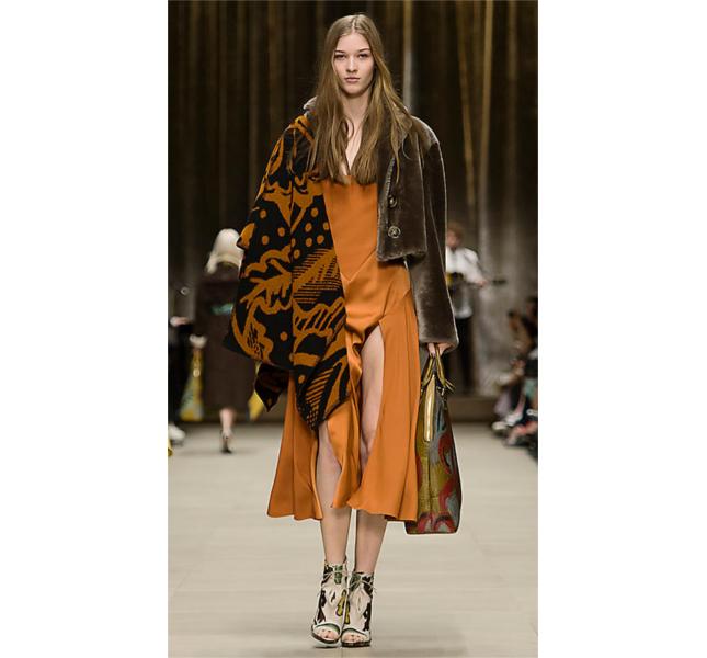 Mantella coperta con motivo a cardo e abito in seta / sfilata Burberry fw 2014