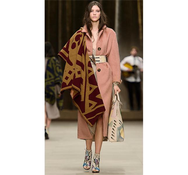 Mantella coperta con motivo grafico e soprabito in lana di lama / sfilata Burberry fw 2014
