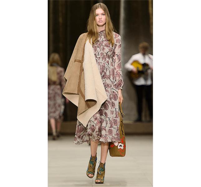 Mantella in shearling e abito in seta a strati con stampa floreale / sfilata Burberry fw 2014