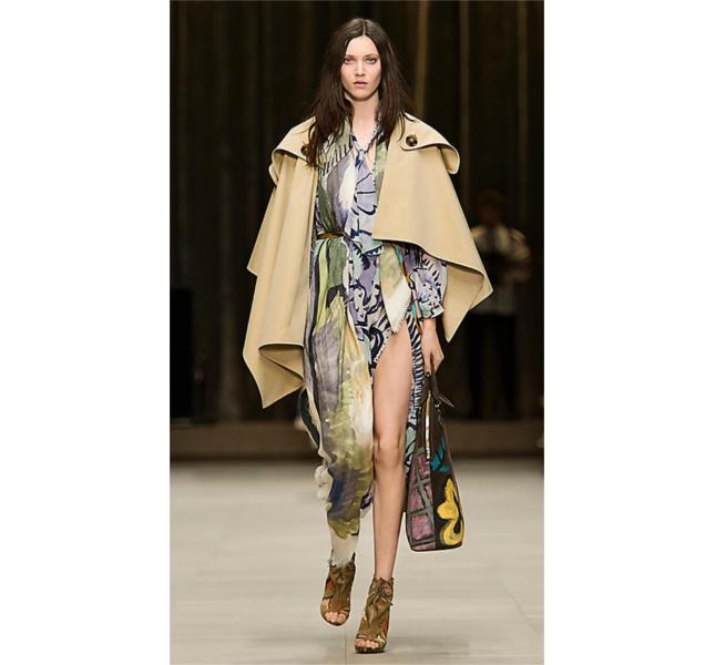 Mantella trench in gabardine e vestito in seta con stampa floreale / sfilata Burberry fw 2014