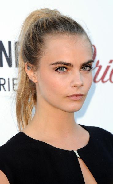 Cara Delevingne con un make up caratterizzato da occhi intensi e labbra naturali