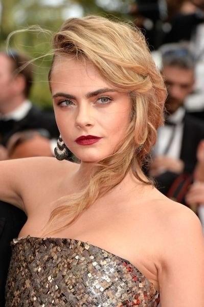 Cara Delevingne ama i rossetti e spesso sceglie combinazioni con make up occhi nude e labbra rosse