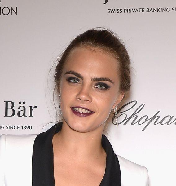 Giovane e anticonformista, Cara Delevingne è decisamente seducente con un make up occhi scuro e labbra dark