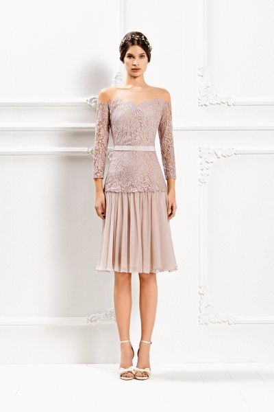 Nella Max Bridal Collection 2015 è possibile trovare un abito corto rosa cipria in pizzo chantilly