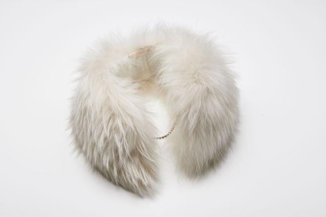 Dettaglio della stola in pelliccia Max Mara Bridal Collection 201, con catenella per allacciarla
