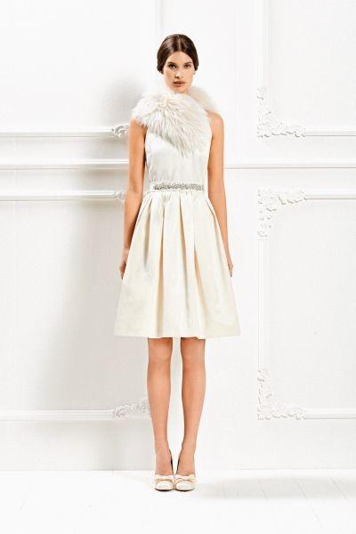 Una stola in pelliccia completa l'abito corto con gonna a ruota della Max Mara Bridal Collection 2015