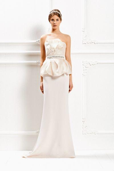 Per una sposa elegante e sofisticata, Max Mara Bridal Collection 2015 propone un abito lungo con cintura di strass