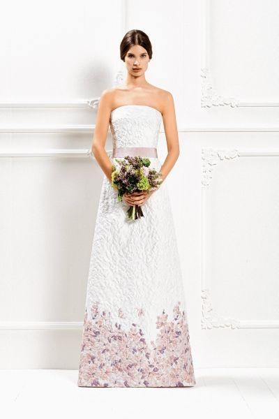 Eleganti ricami di fiori nelle tonalità del rosa e del lilla per l'abito lungo in broccato Max Mara Bridal Collection 2015