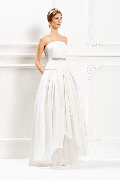 Un abito della Max Mara Bridal Collection 2015 con gonna asimmetrica, corta davanti e lunga dietro