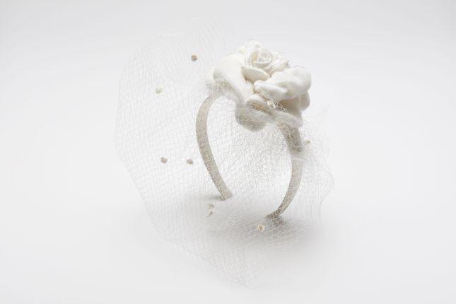 Romantico ed elegante il cerchietto con fiore imbottito e veletta della Max Mara Bridal Collection 2015