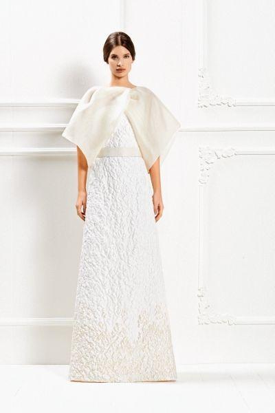 Un etereo ma pratico scialle di organza di seta completa l'abito lungo in broccato Max Mara Bridal Collection 2015