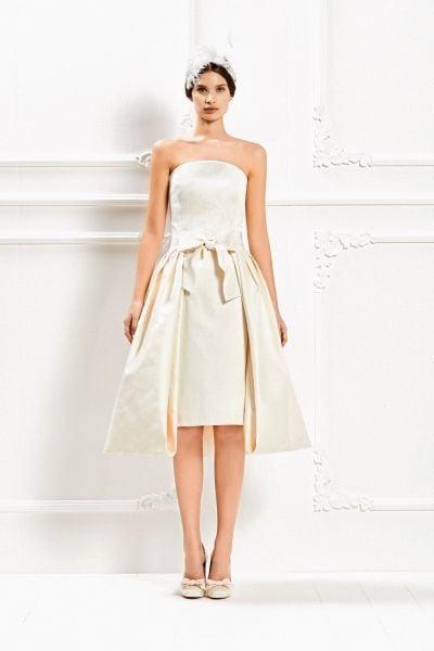 Presenta un'elegante sovragonna l'abito corto color champagne della Max Mara Bridal Collection 2015