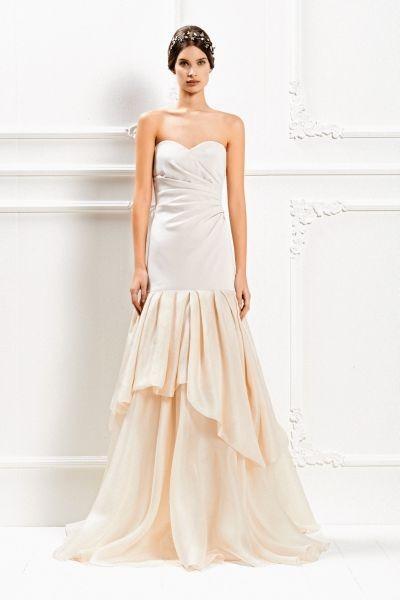 Presenta un elegante bustino rigido e una sofisticata gonna morbida in chiffon con balze l'abito lungo della Max Mara Bridal Collection 2015