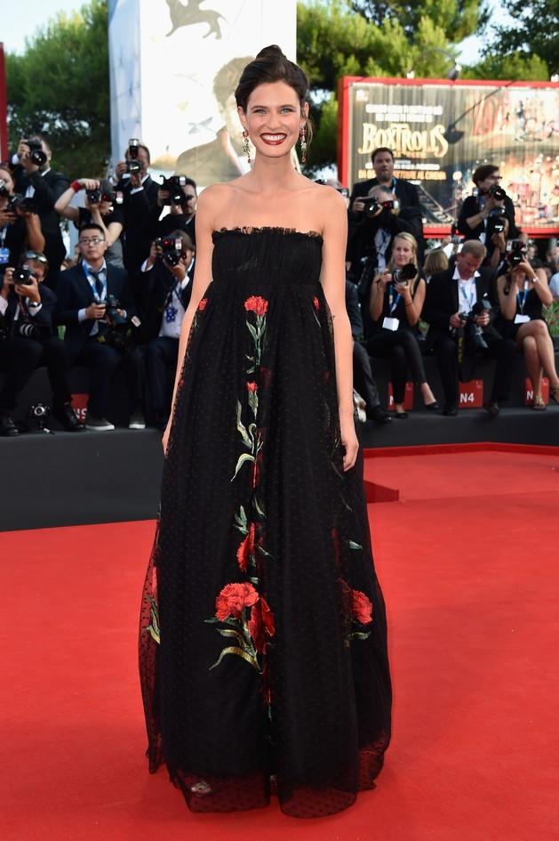 Bianca Balti, con indosso un abito nero con gonna in tulle, ricoperta di fiori rossi, by Dolce&Gabbana.
