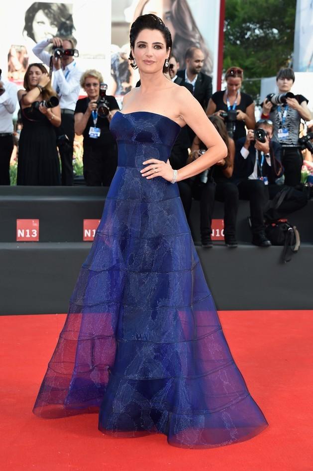 Luisa Ranieri, madrina di questa edizione, con il compito di presentare le serate di apertura e chiusura, sfoggia sul red carpet un abito blu scuro firmato Giorgio Armani