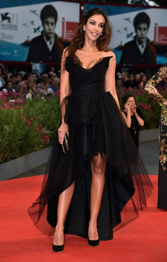 Madalina Ghenea, sfila sul red carpet della Mostra con un vestito nero asimmetrico, in tulle; firmato Alberta Ferretti