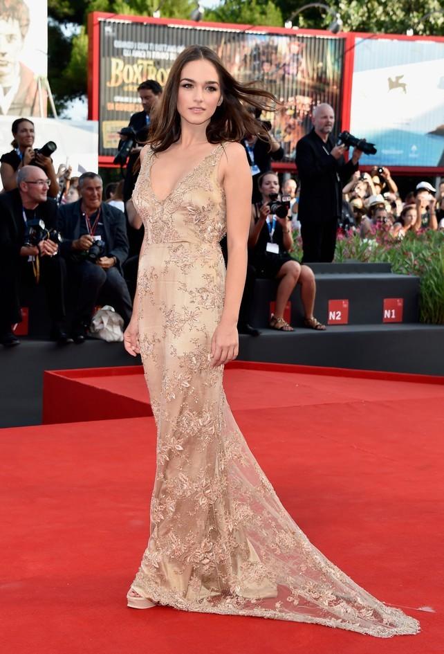 Emanuela Postacchini con un vestito ricamato, nella nuance dorata