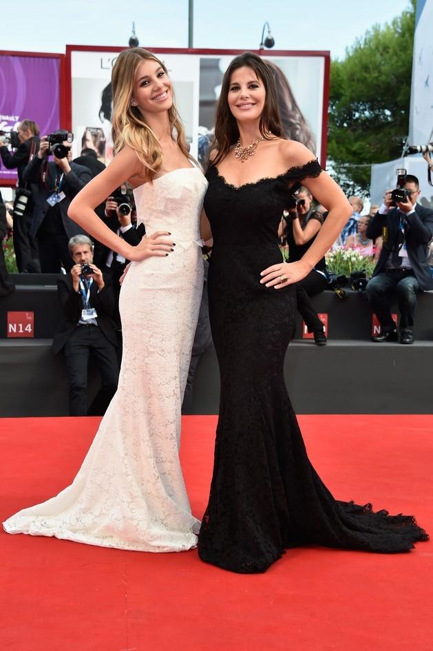Lucila Sola e Camila Sola, posano per i fotografi sul tappeto rosso in occasione della 71esima edizione della Mostra del Cinema di Venezia 2014, entrambe in Dolce&Gabbana