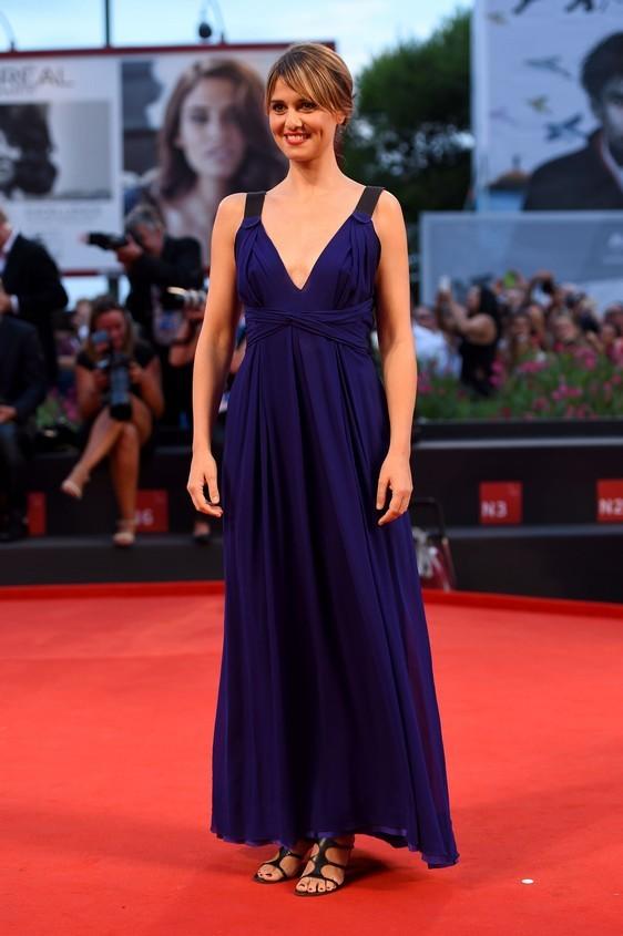 L'attrice e conduttrice Paola Cortellesi , sfoggia al Lido un abito semplice, nel colore blu e scollatura a
