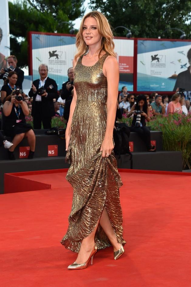 Gaia Trussardi sfila sul red carpet a Venezia, con un look tutto dorato, firmato Trussardi. I capelli invece, vengono lasciati al naturale