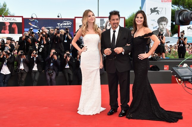 Al Pacino posa per i fotografi sul red carpet con la sua fidanzata, Lucila Sola, bella  e con un abito nero ricamato in pizzo, e con la figlia (di Lucia) Camila Sola, con una abito bianco