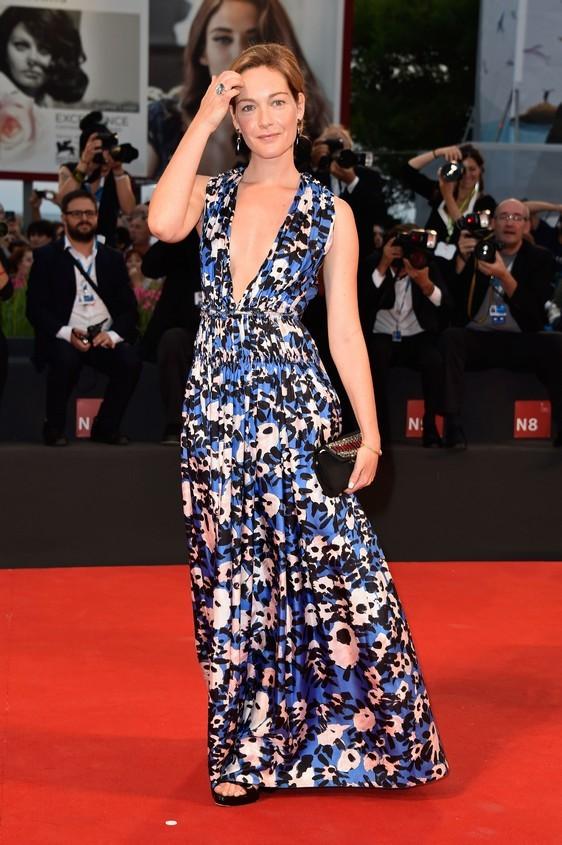 L'attrice italiana Cristiana Capotondi, arriva al Lido con un vestito dal tessuto leggero, stampato, nei colori: blu, nero e bianco, di Marni