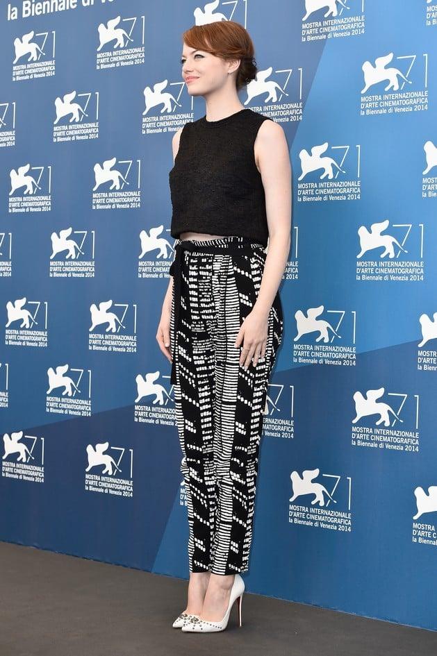 Emma Stone per il photocall, del film 'Birdman', indossa un top nero e pantaloni stampati, Proenza Schouler