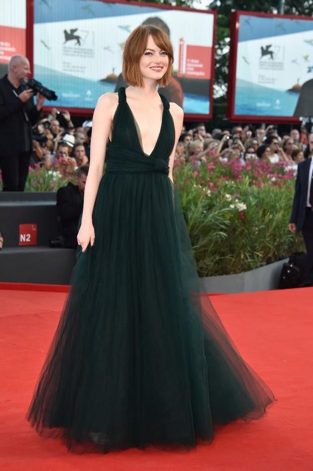 """Emma Stone, protagonista del film """"Birdman"""". Per completare il look l'attrice opta per un make-up fresco e delicato"""