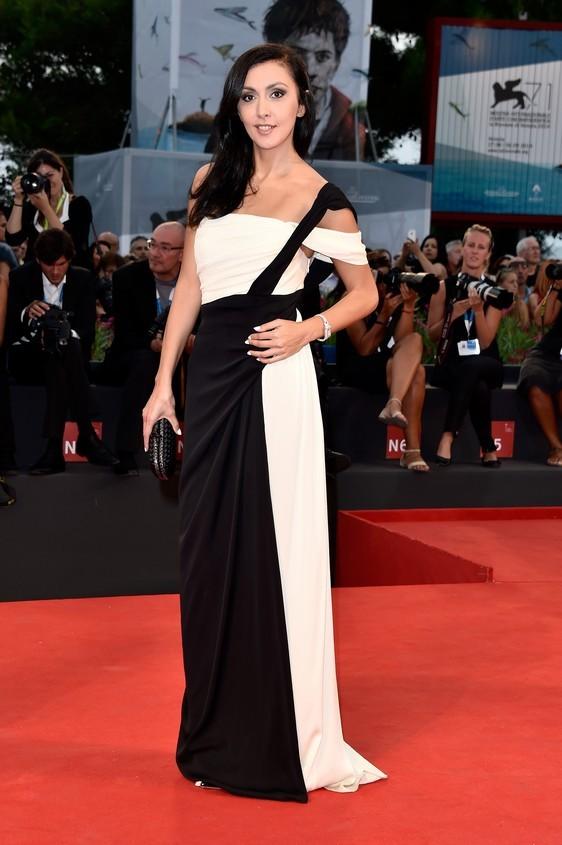 Catherine Mtsitouridze sul red carpet della 71esima edizione della Mostra del Cinema di Venezia 2014, con un abito bianco e nero