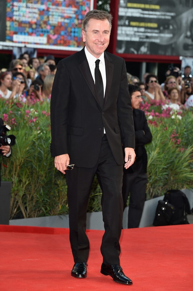 Tim Roth con un completo giacca e pantalone, nel colore nero