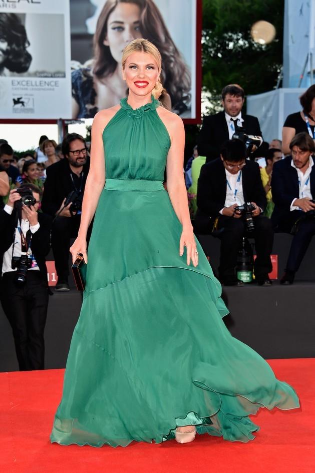 Zhanna Bianca, fotografa di moda, indossa un abito verde smeraldo in seta